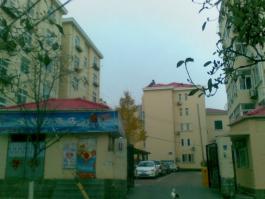 市南区委宿舍位于海信·燕岛国际公寓东北方
