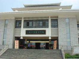 滕州汉画像石馆位于碧水云天中央城东南方